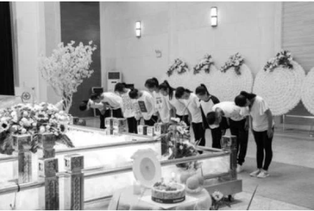 40多名师生观赏殡仪馆
